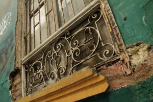 Window in Lima, backpacking