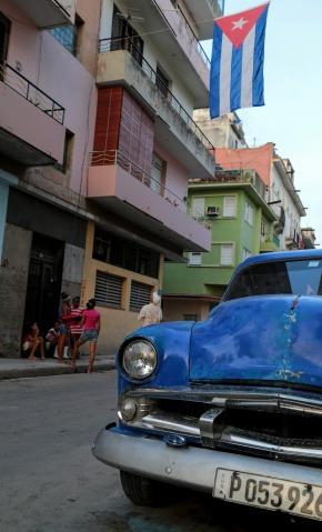 havana-street-with-flag